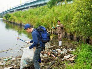 河川清掃中
